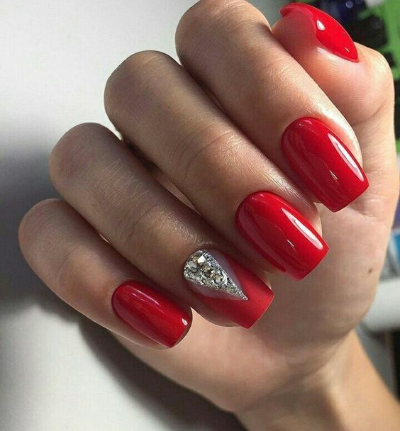Red nails with silver pattern