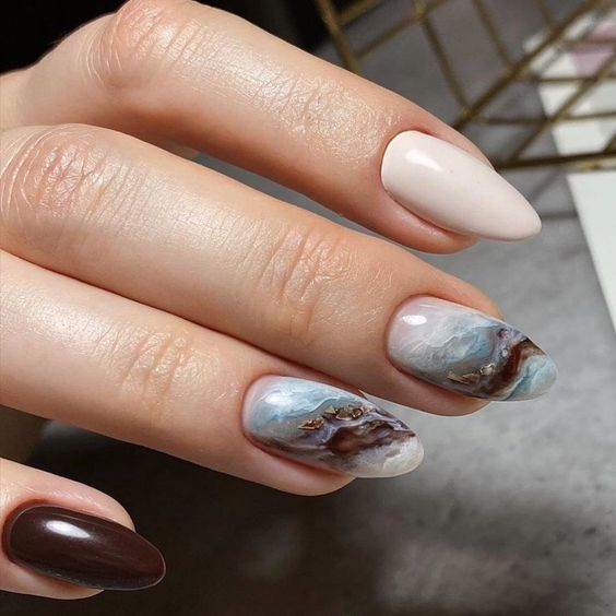 Beige nails with marble effect