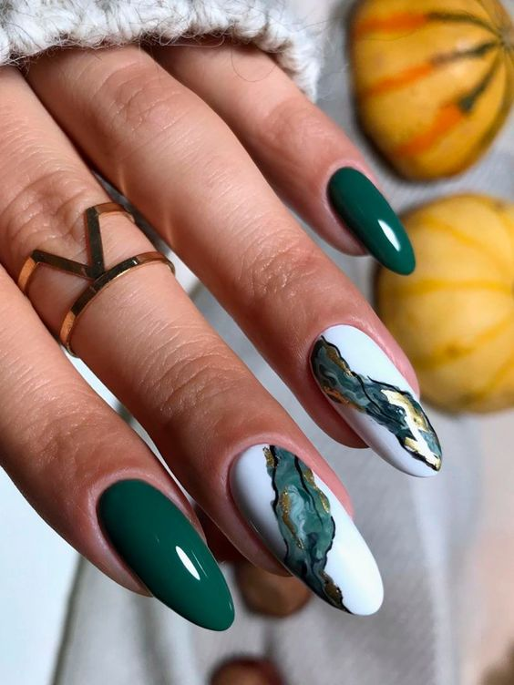 Green nails with marble effect