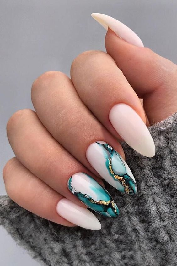 Nails with green marble effect