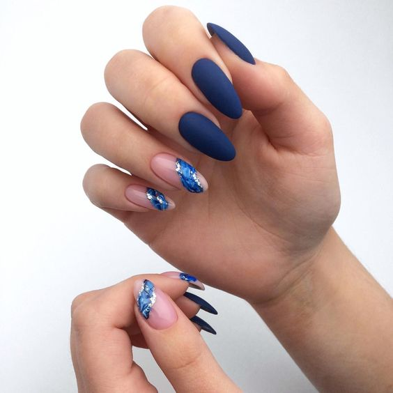 Navy blue nails with marble effect